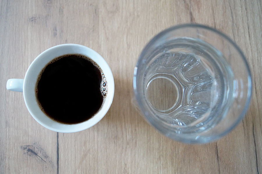efekt-kontrastu-kawa-czarna